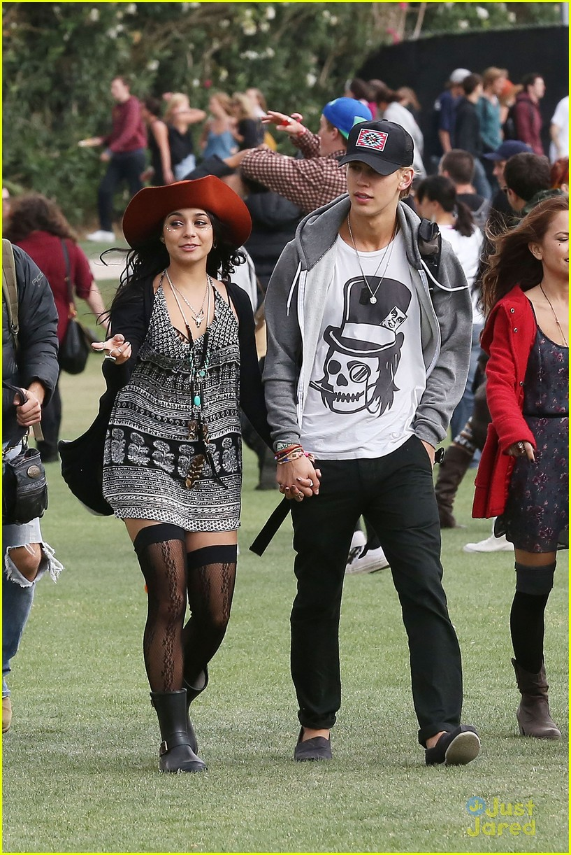 vanessa hudgens austin butler kissing coachella couple 12