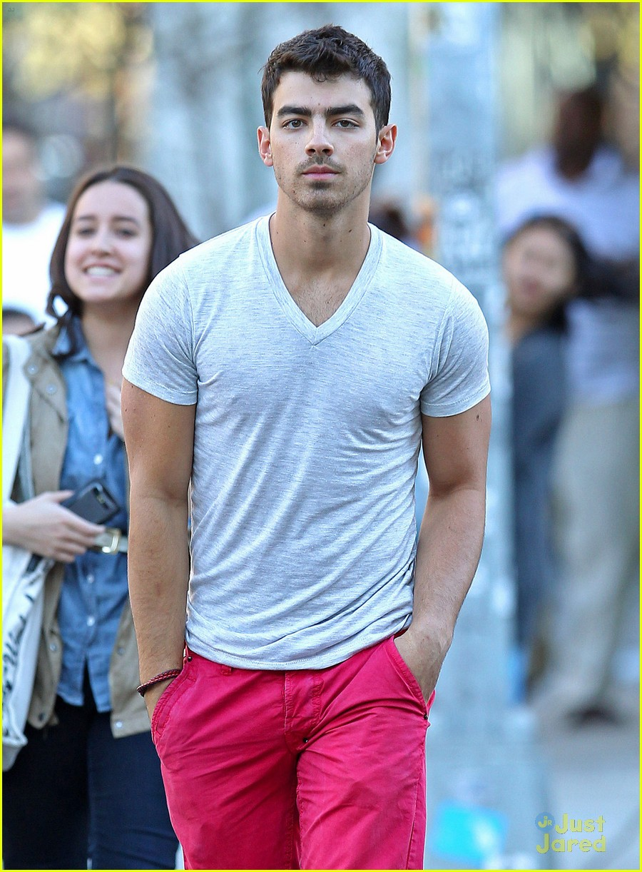joe jonas red hot pants 04