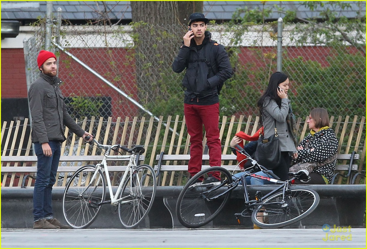 joe jonas bicycle big apple 11