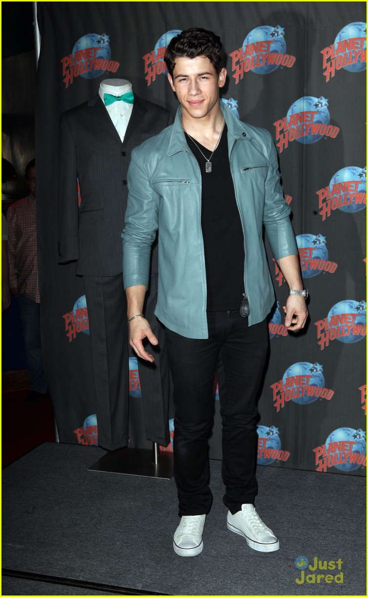 nick jonas planet hollywood 03