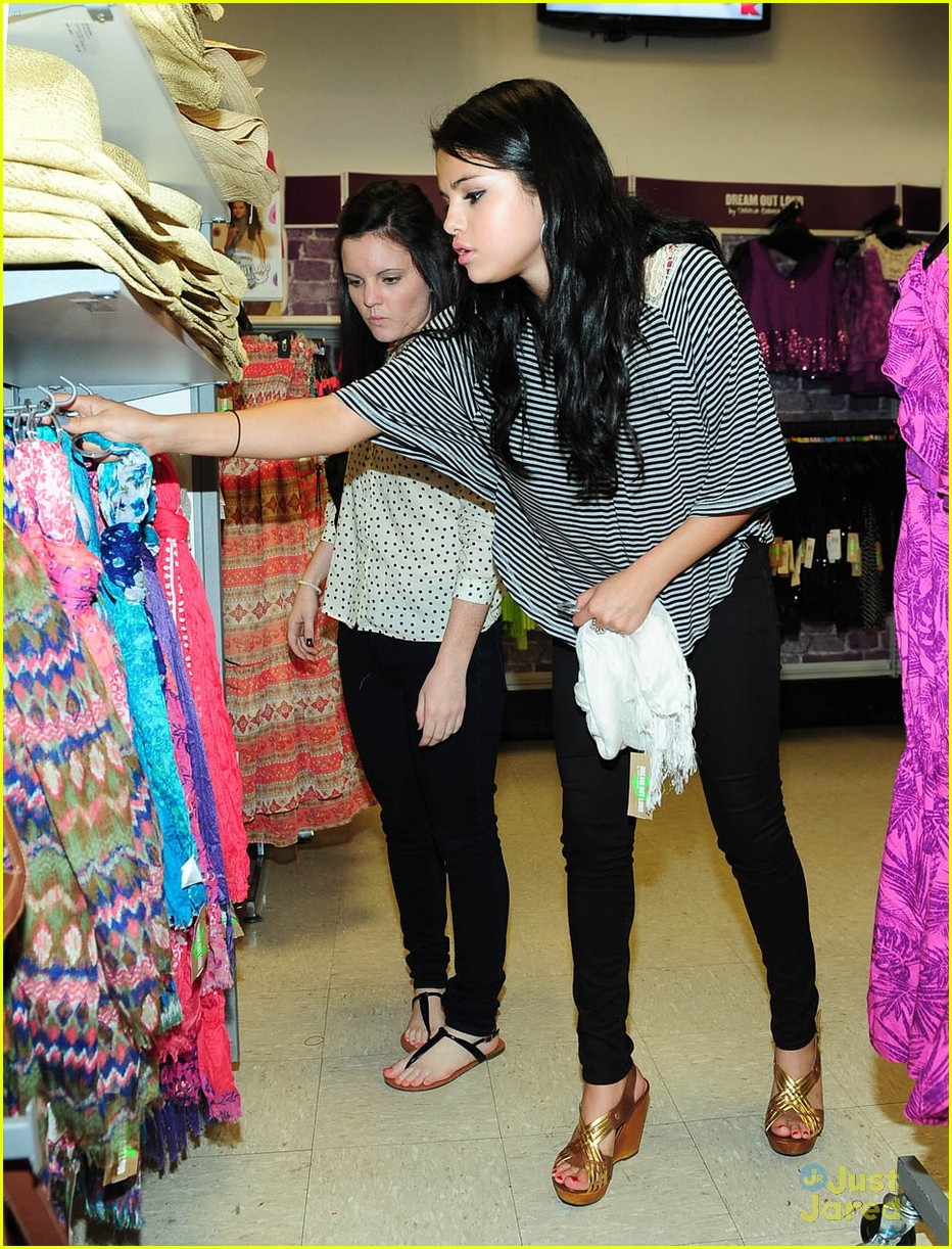 selena gomez dream out loud shopping 02