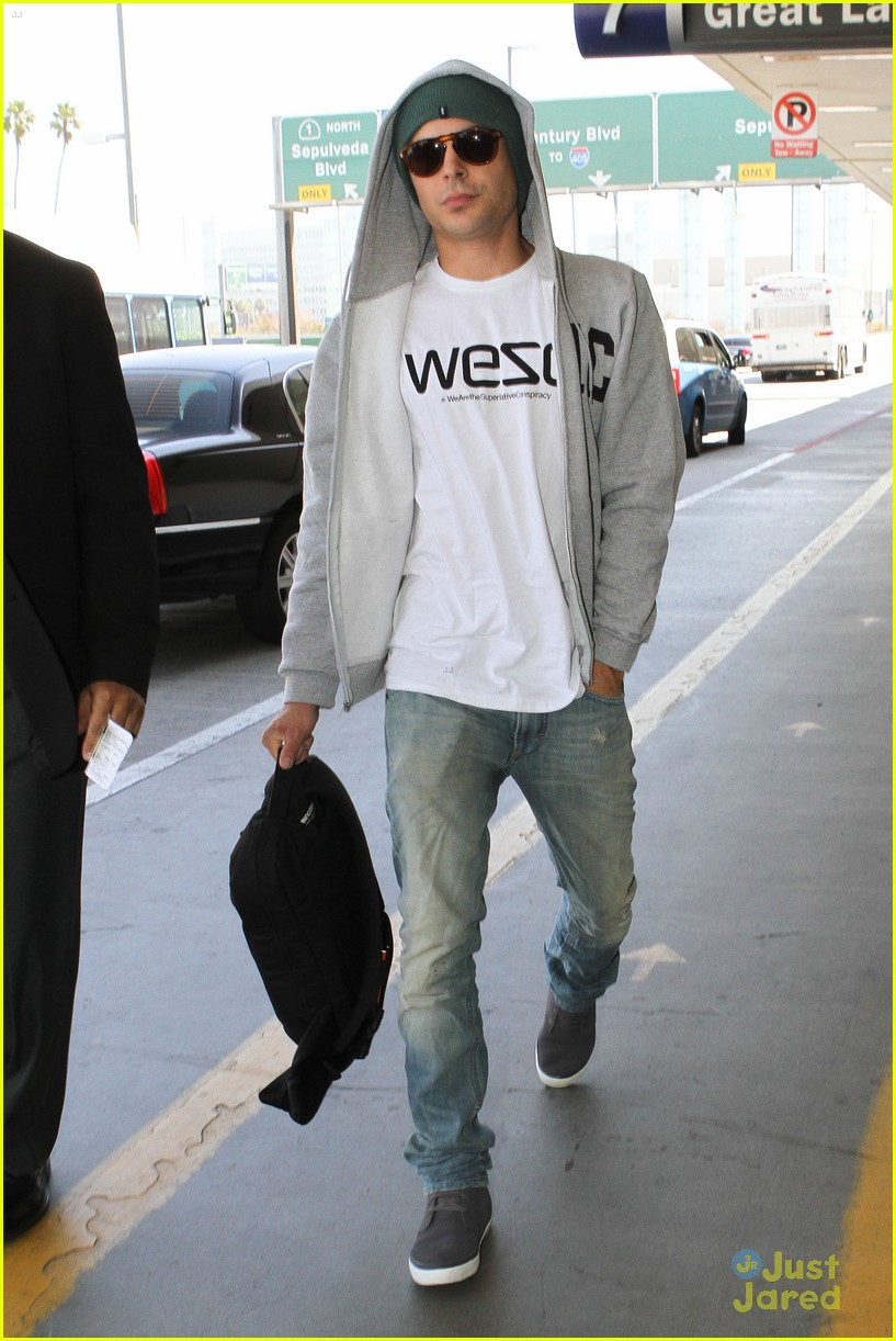 zac efron lax airport arrival 04