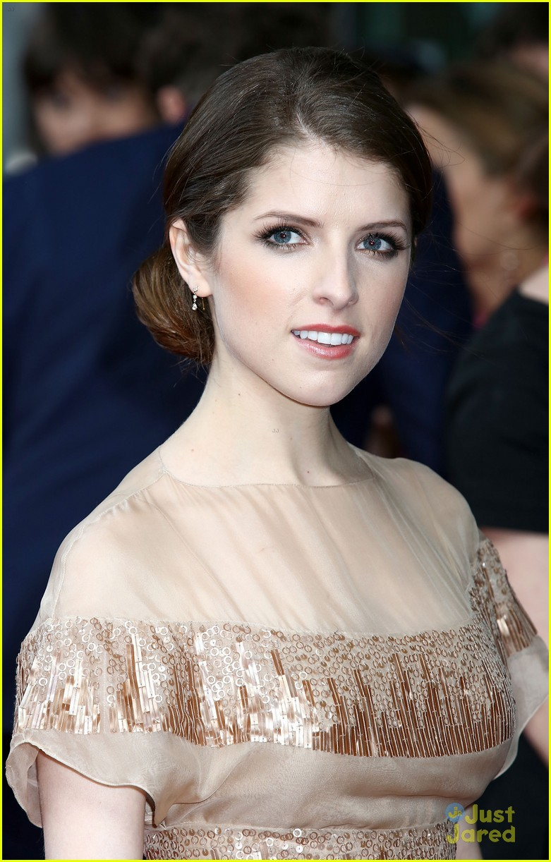 anna kendrick london expecting 05