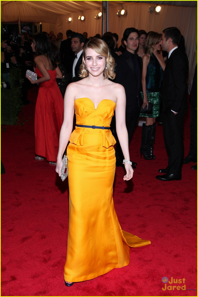 emma roberts hailee steinfeld met ball 10