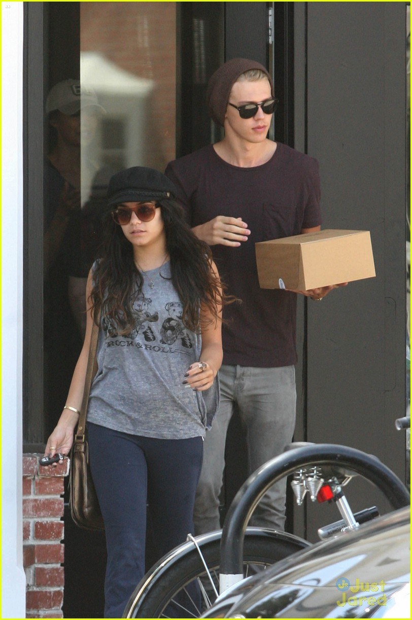 Vanessa Hudgens with her boyfriend 051312  LIME LT 06