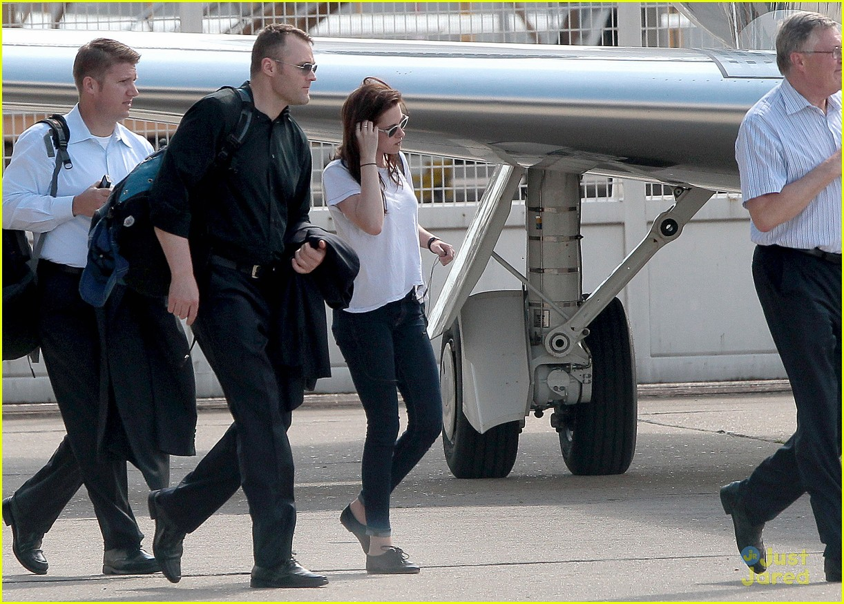 kristen stewart private jet paris 04