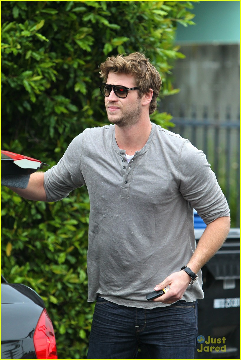 liam hemsworth puppy presents 02