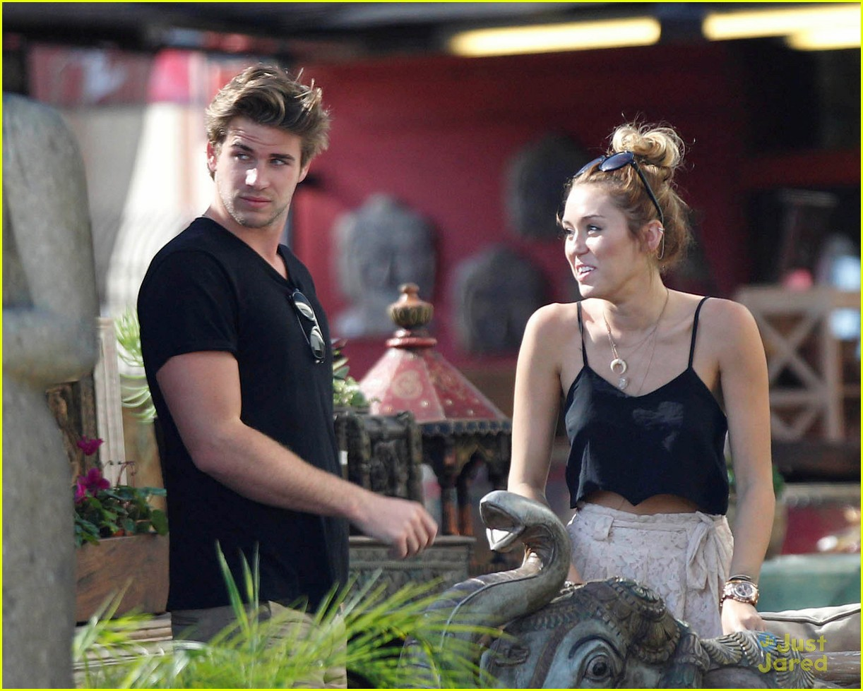miley cyrus liam hemsworth garden 01