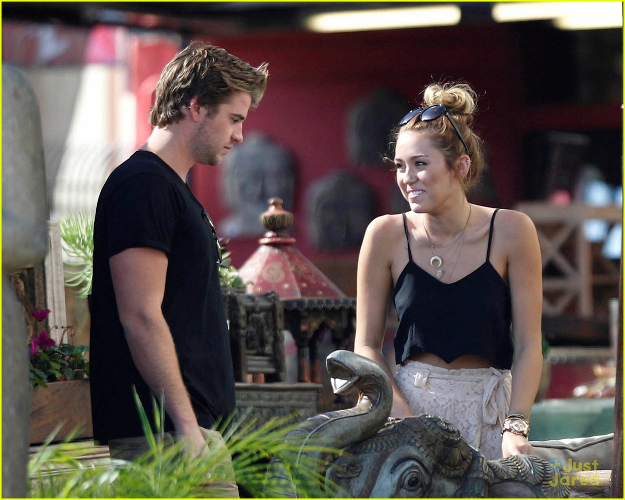 miley cyrus liam hemsworth garden 10