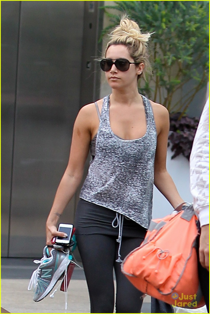ashley tisdale high bun beauty 02
