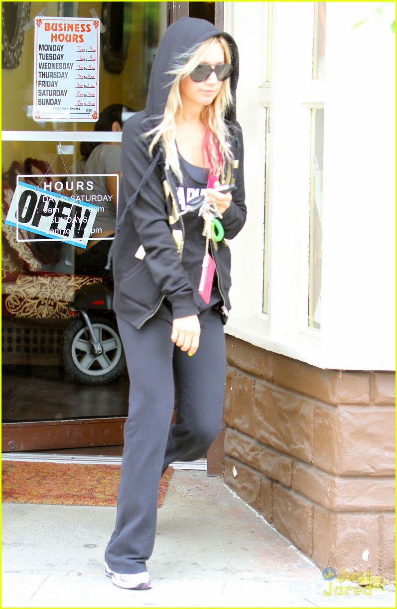 ashley tisdale nail appt 01