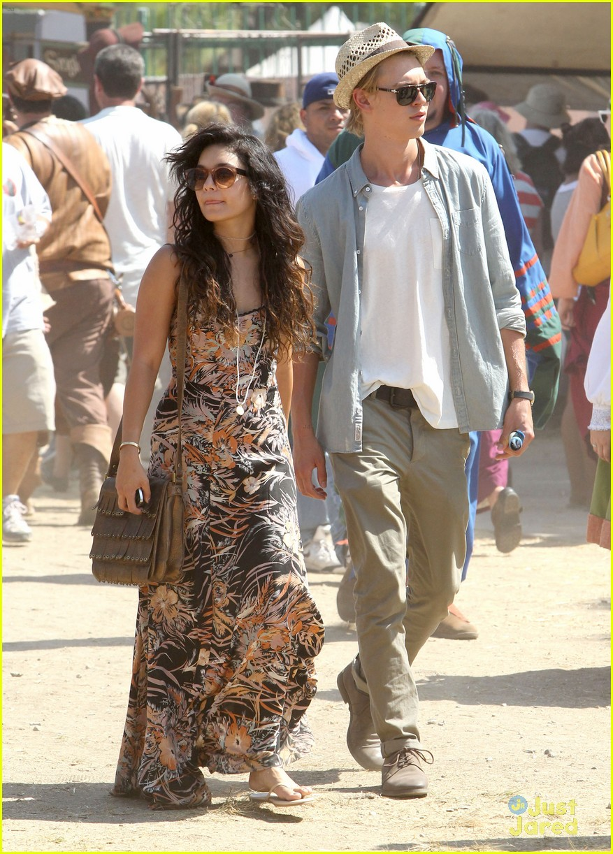 vanessa hudgens austin butler renassaince fair 08