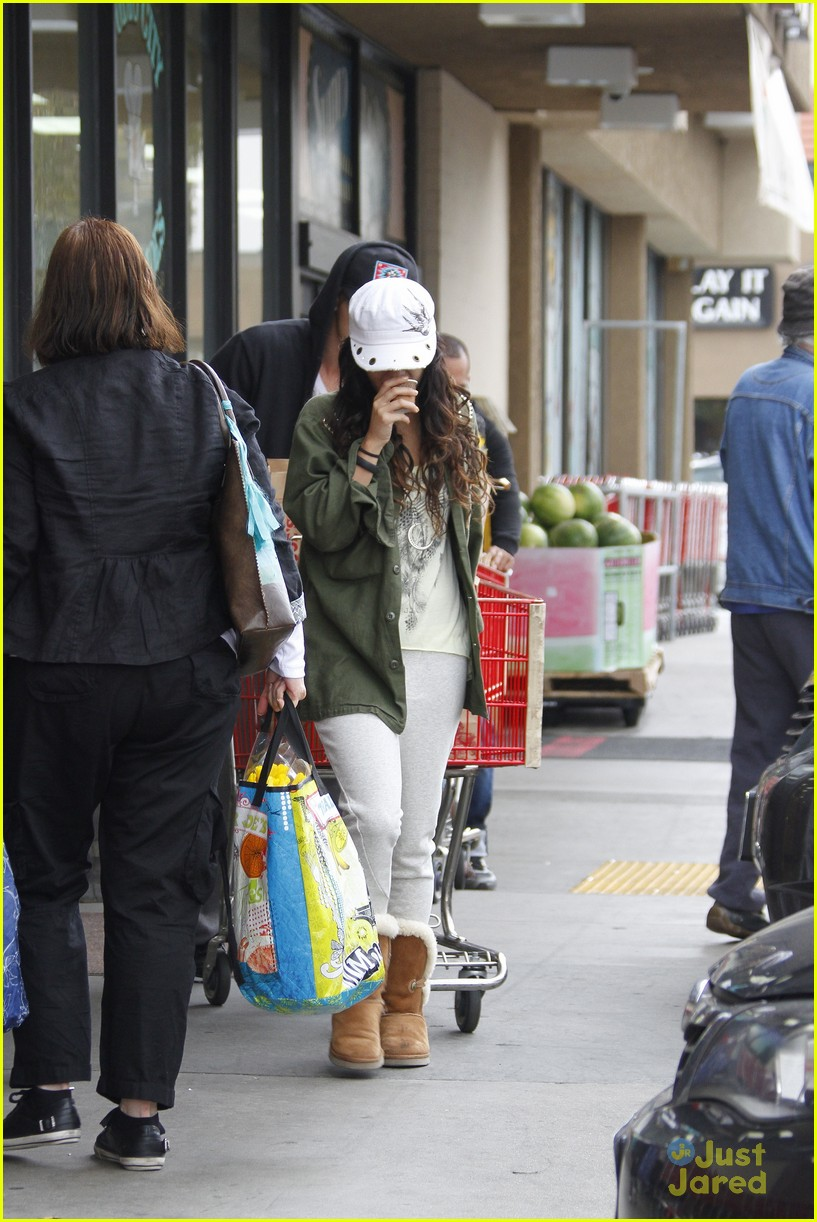 vanessa hudgens austin trader joes 01