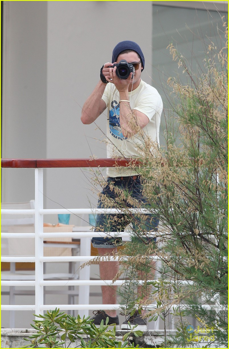 zac efron cannes camera 09