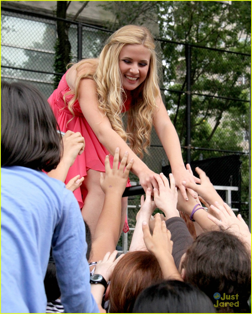 caroline sunshine concert trash 03