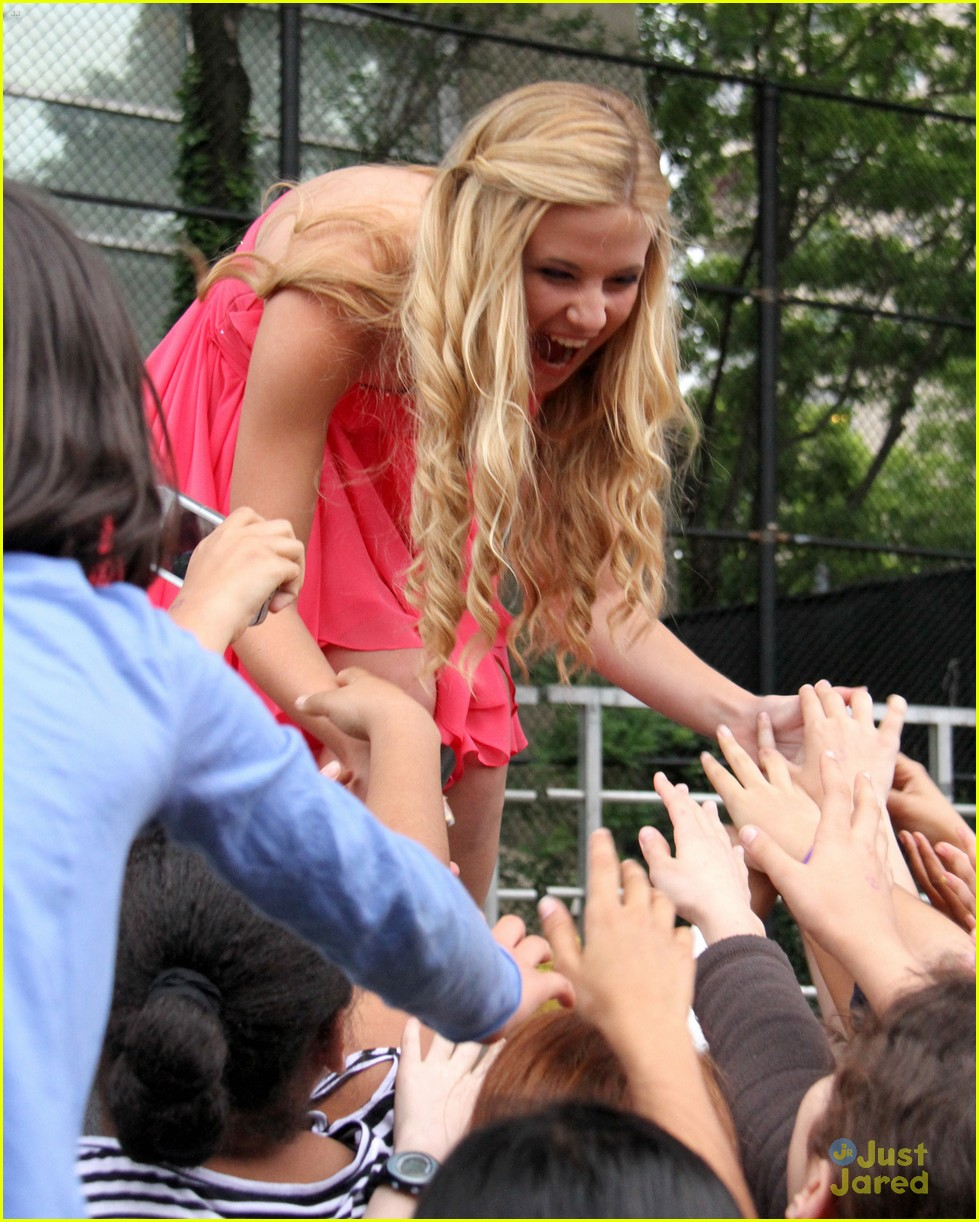 caroline sunshine concert trash 05