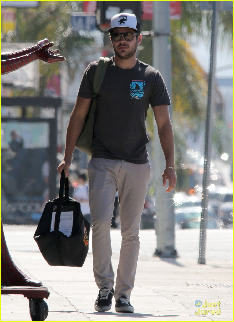 zac efron west hollywood stroll 08