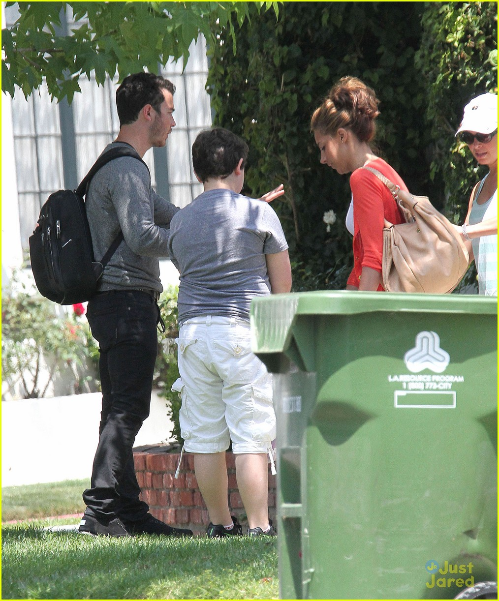 kevin danielle jonas sunday stroll 04