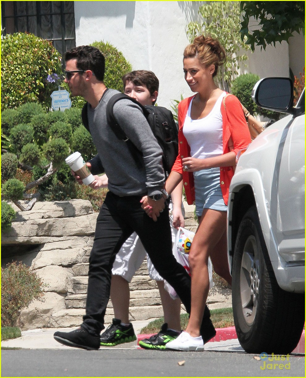 kevin danielle jonas sunday stroll 05