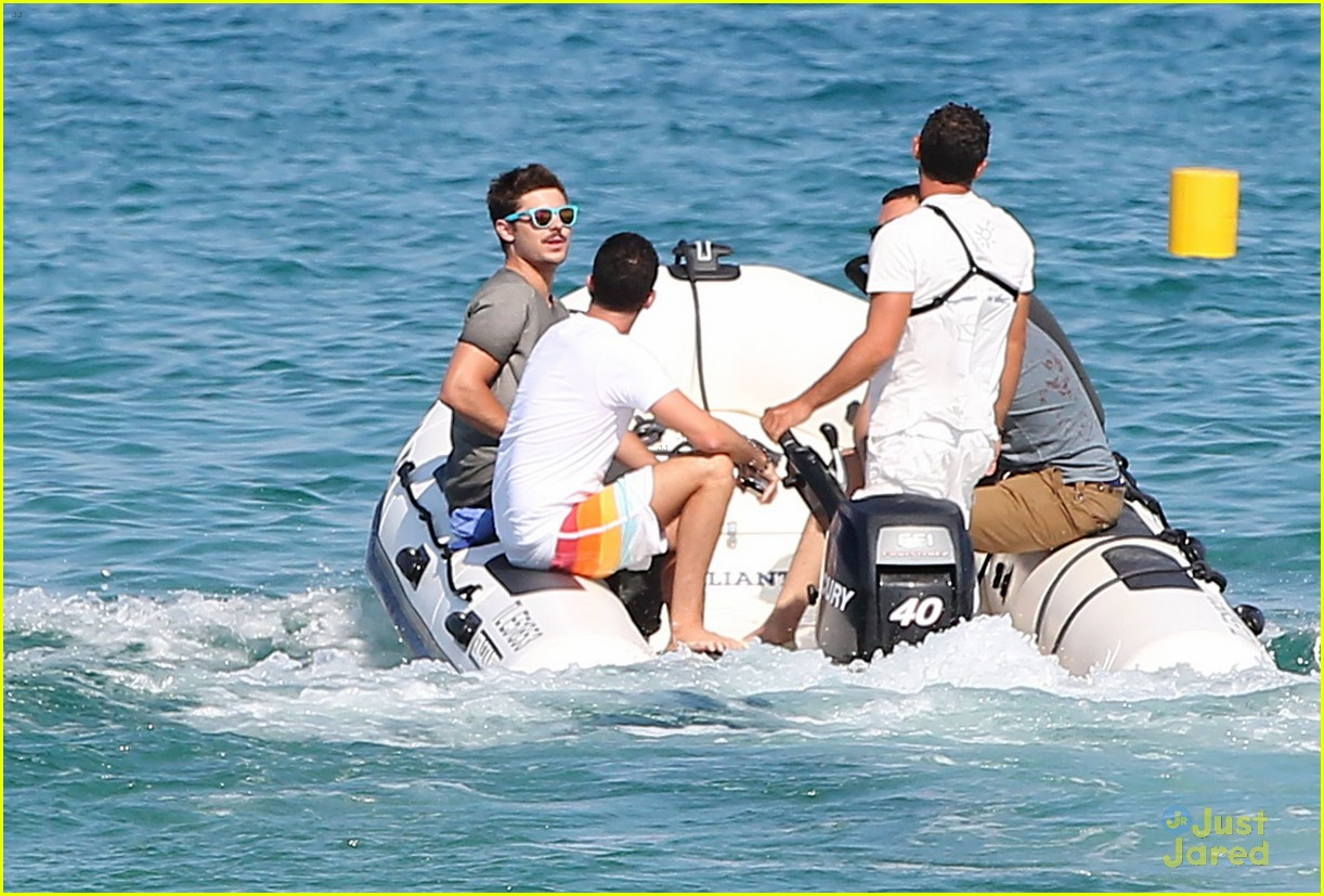 zac efron shirtless july 4 saint tropez 20