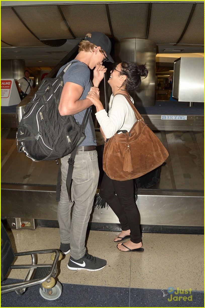 vanessa hudgens austin lax landing 03