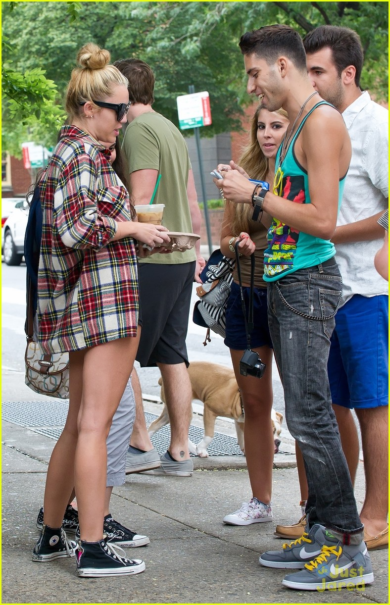 miley cyrus liam hemsworth coffee 07