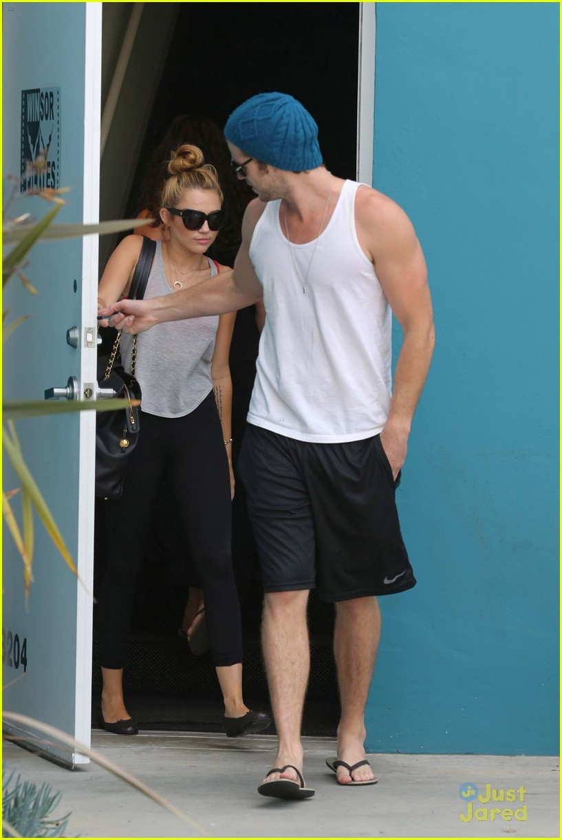 miley cyrus liam hemworth pilates 01