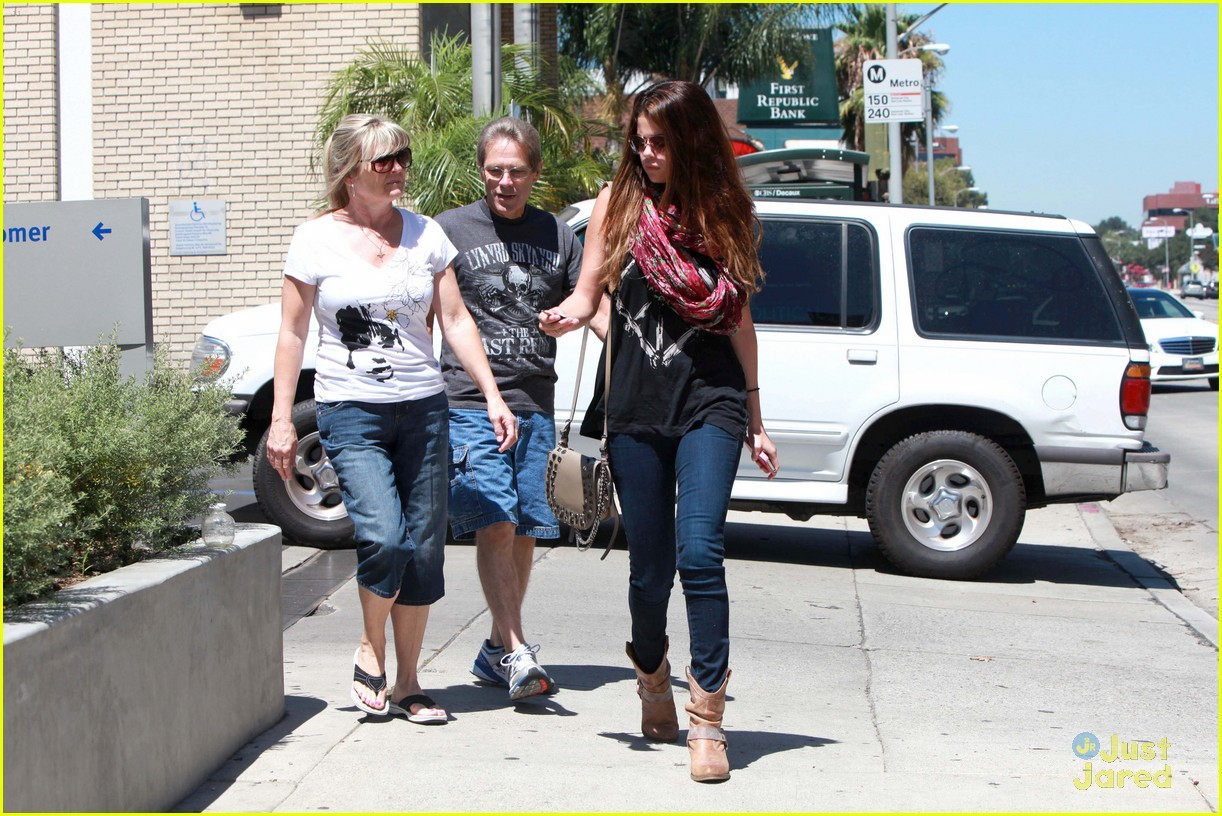 selena gomez panera bread 18