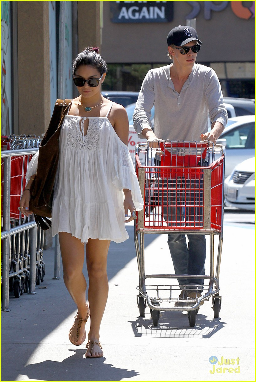 vanessa hudgens austin butler shopping 07