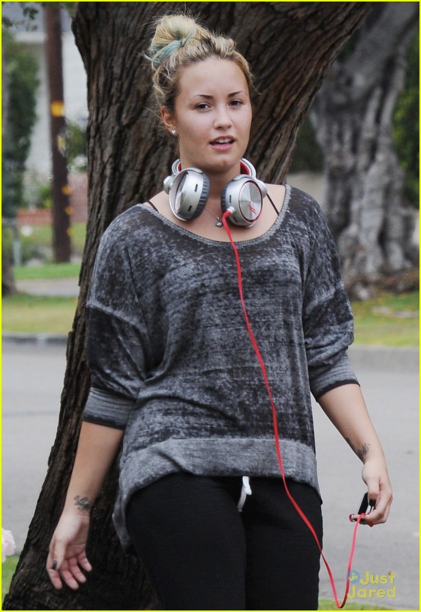demi lovato headphones workout 01