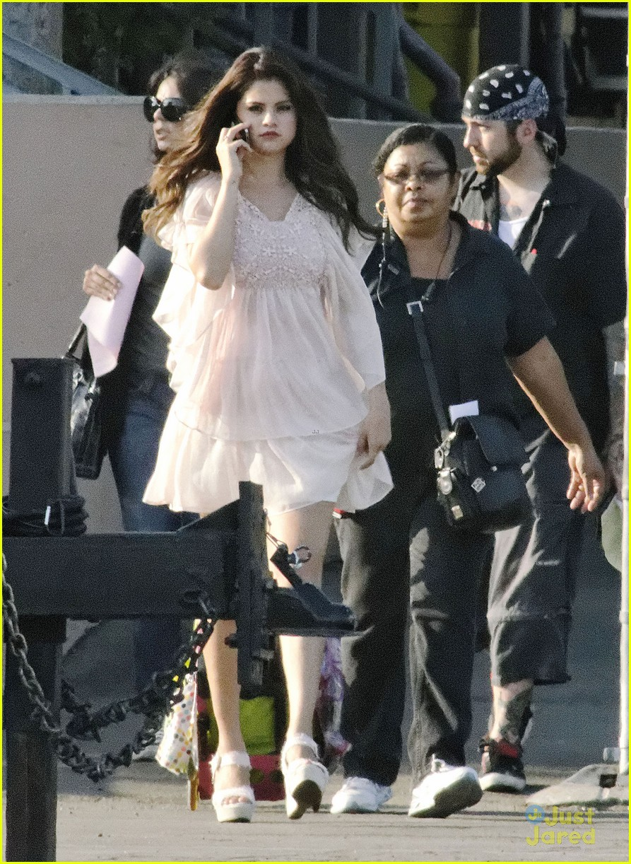 selena gomez hair curlers on parental guidance set 20
