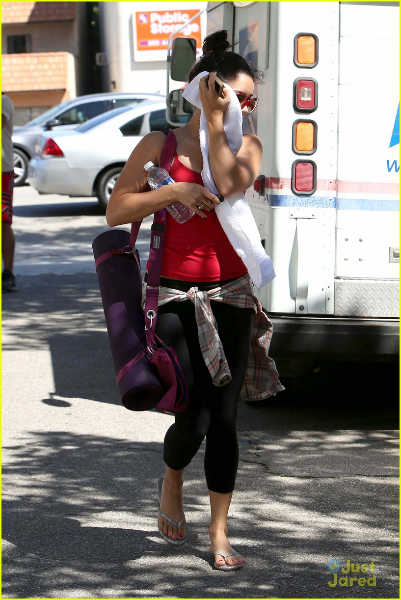 vanessa hudgens hides face gym 03