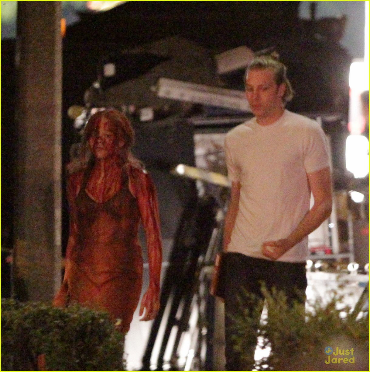 chloe moretz blood soaked on carrie set 02