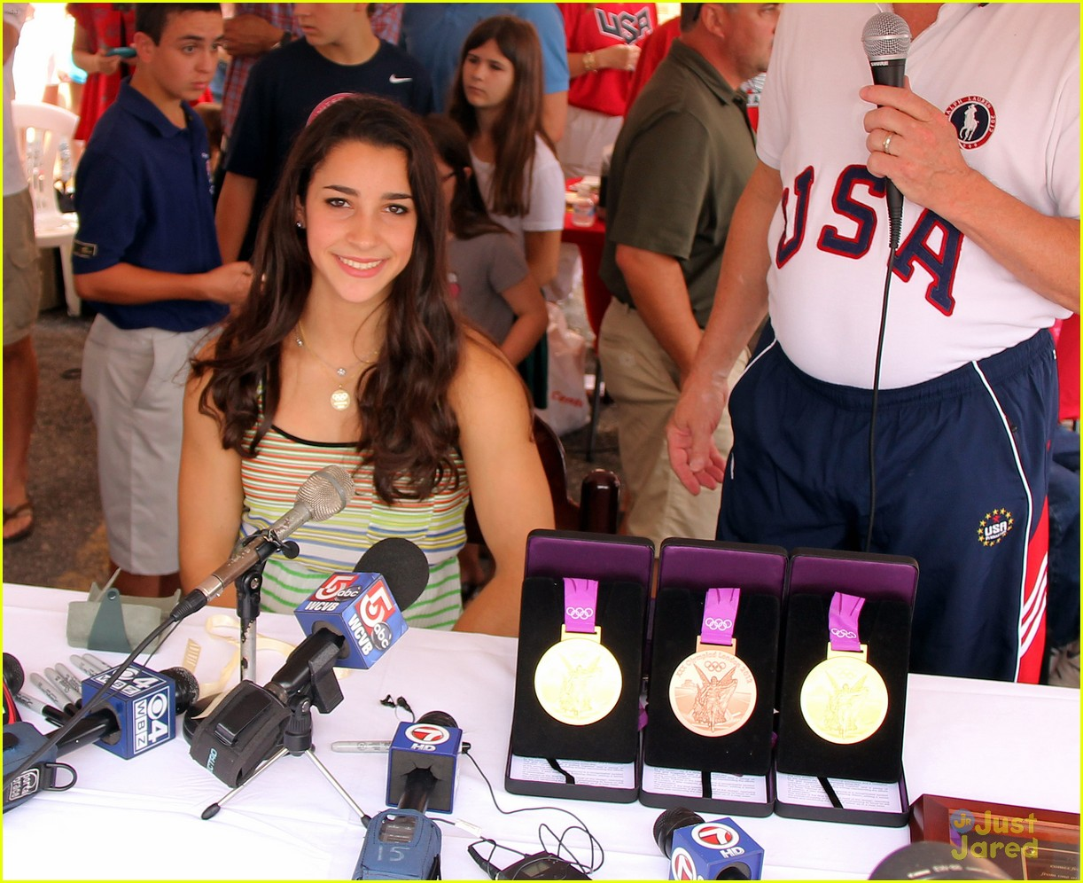 aly raisman gym visit 04