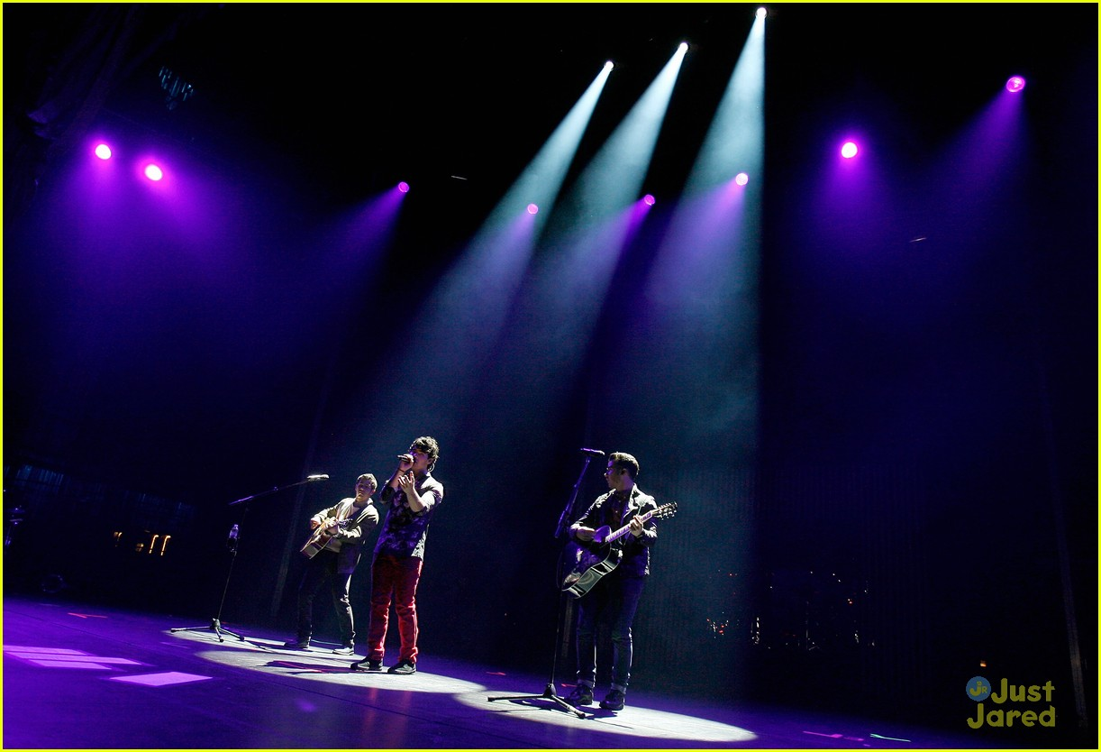 jonas brothers debut new songs at radio city music hall 13