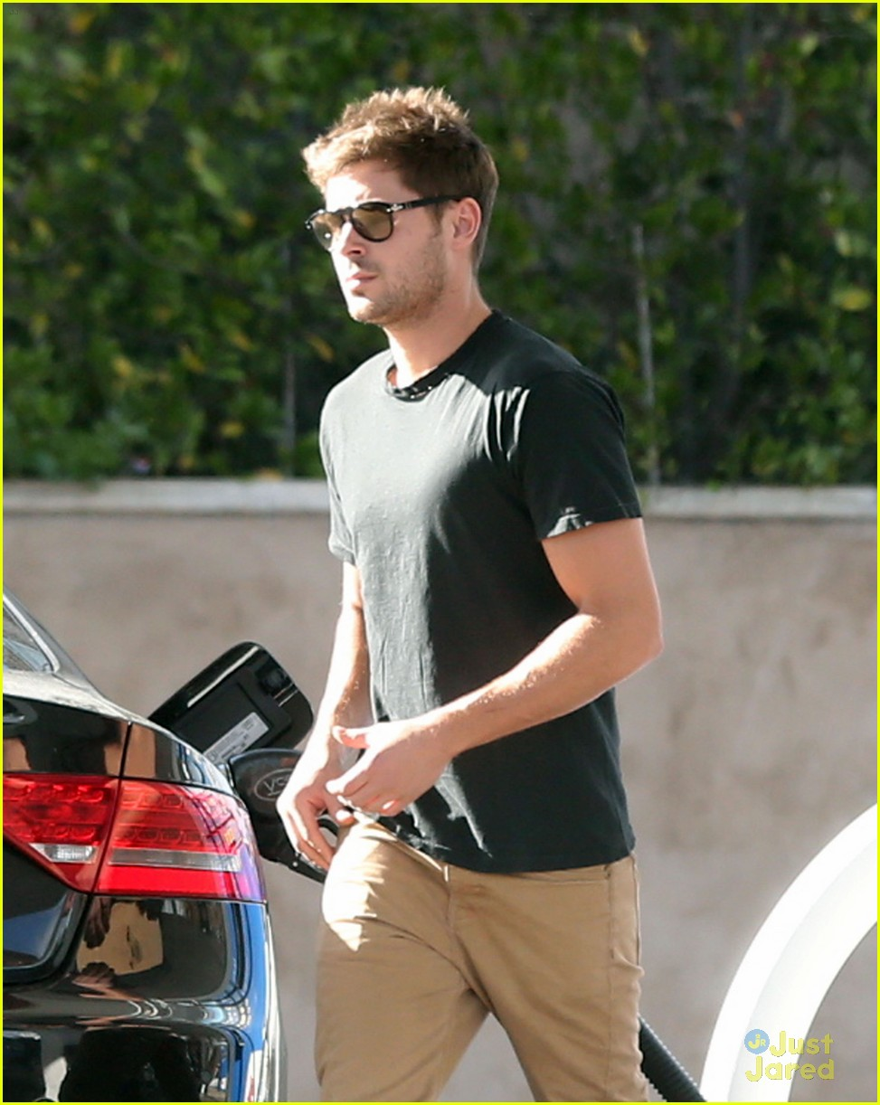 zac efron gas station stop 02