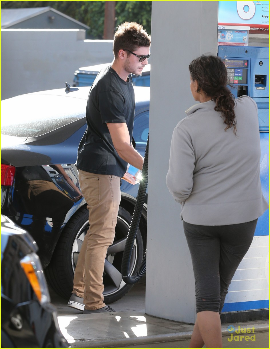 zac efron gas station stop 03