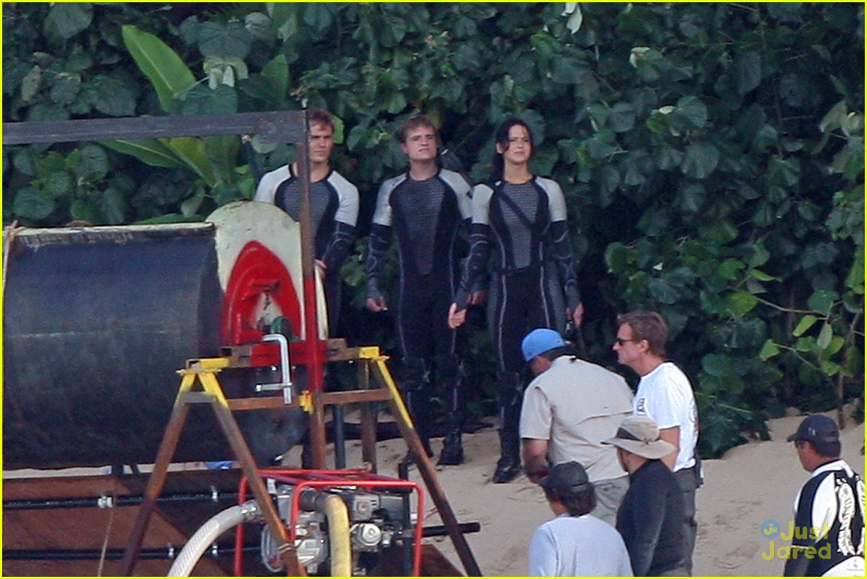Photos du tournage et photos officielles Jennifer-lawrence-thg-beach-04