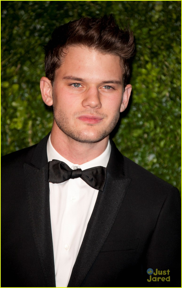 jeremy irvine evening standard awards 02