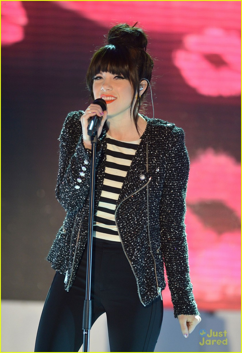 carly rae jepsen performs paris 06