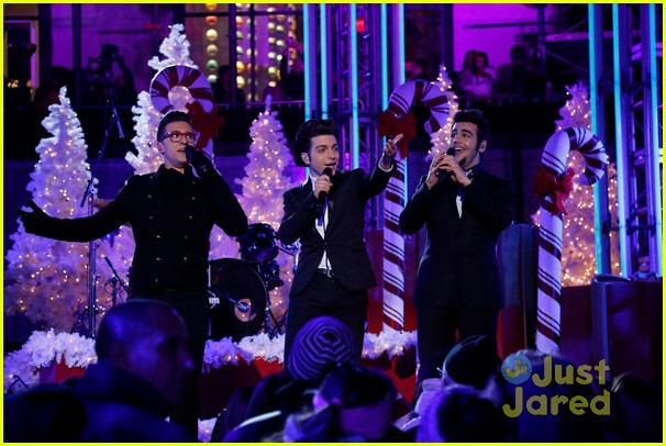 scotty mccreery il volo tree lighting 14