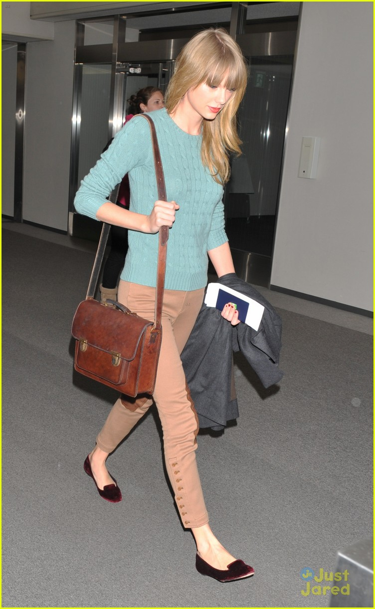 taylor swift tokyo airport 04