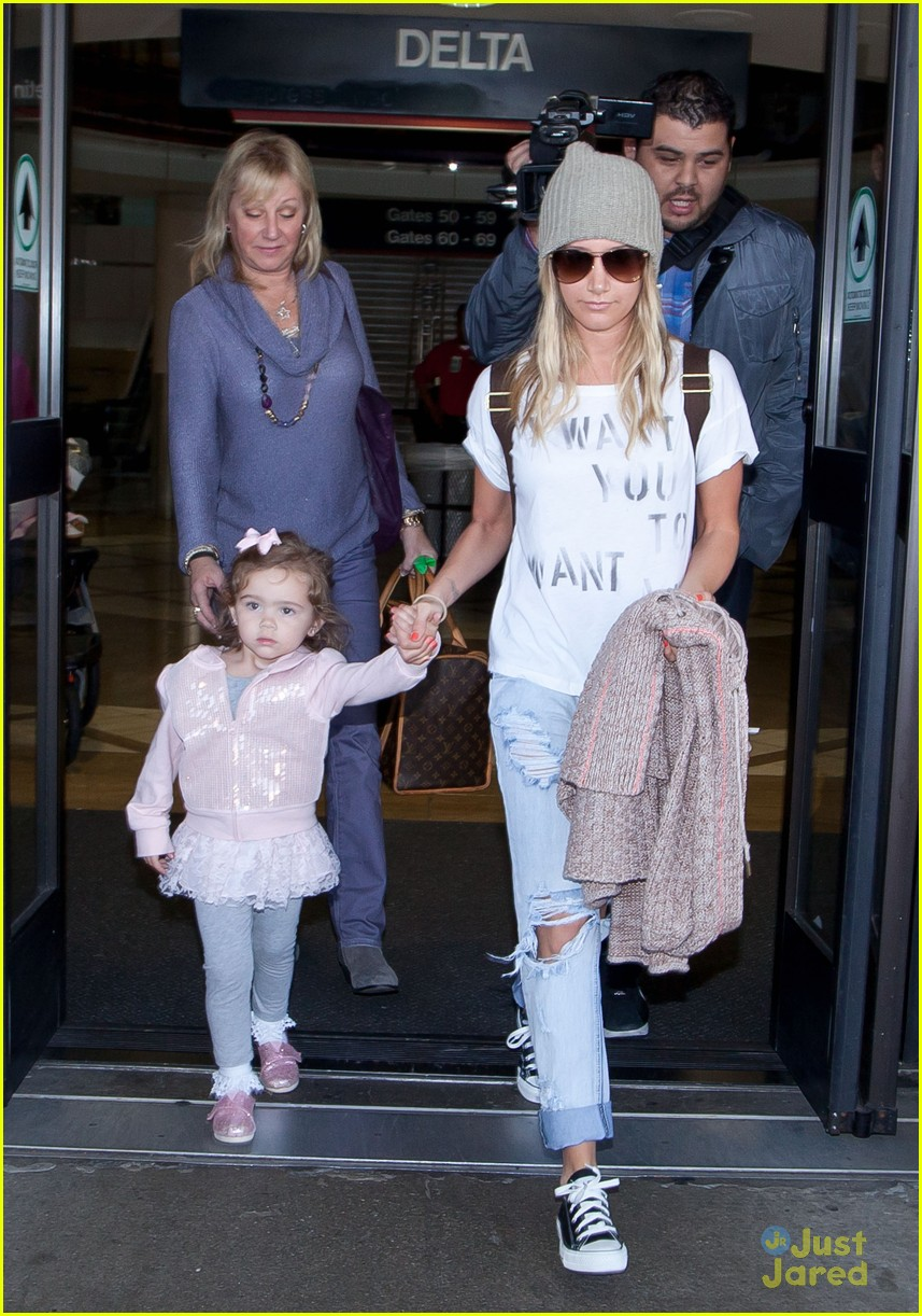 ashley tisdale lax mikayla hold hands 01