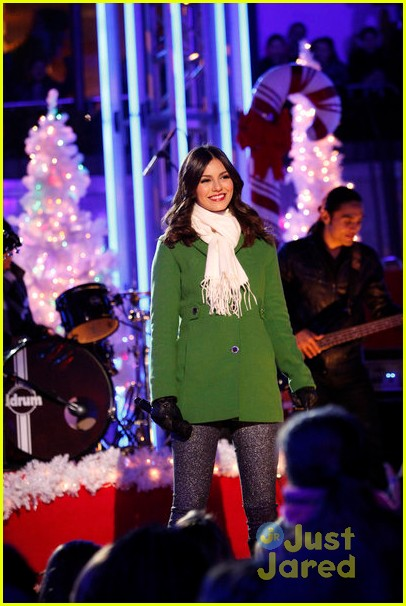victoria justice rockfeller tree lighting 04
