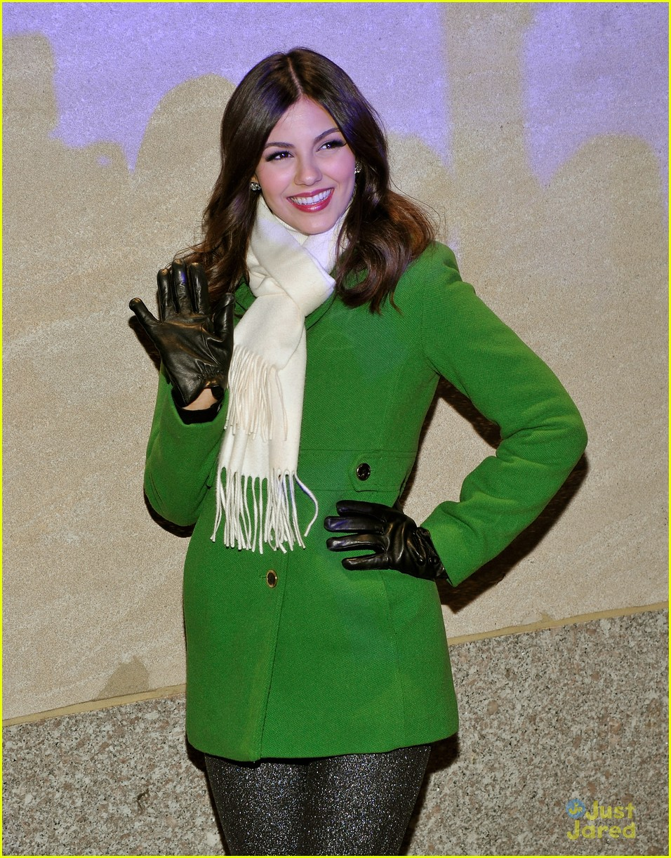 victoria justice rockfeller tree lighting 09
