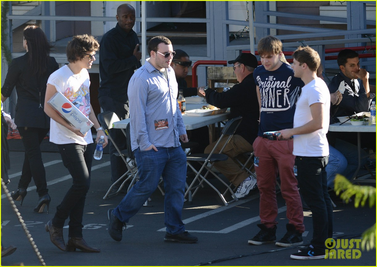 one direction hanging out backstage 16