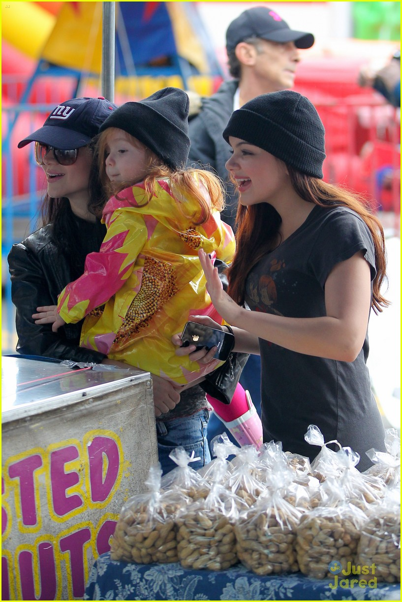 ariel winter sofia christmas parade 11