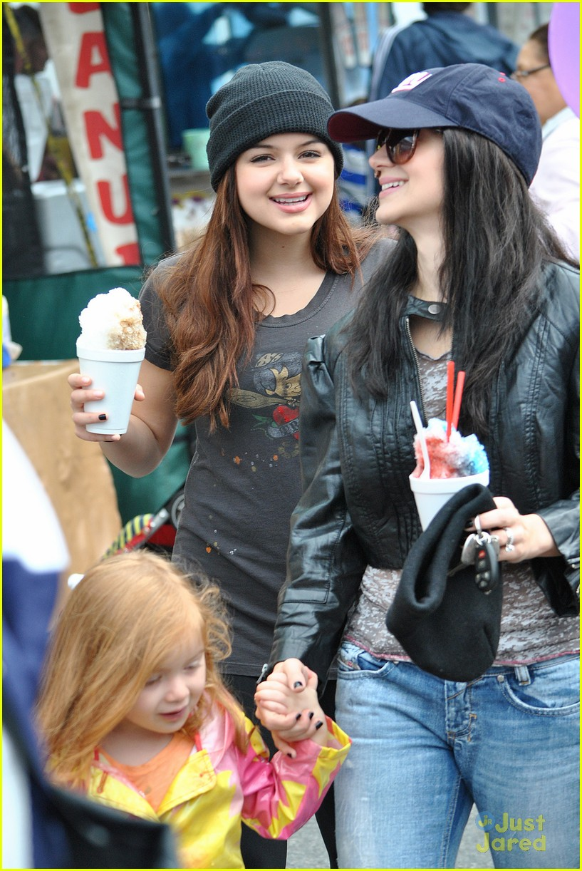 ariel winter sofia christmas parade 16