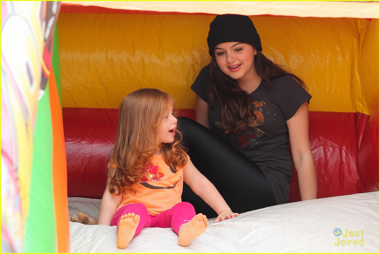 ariel winter sofia christmas parade 18