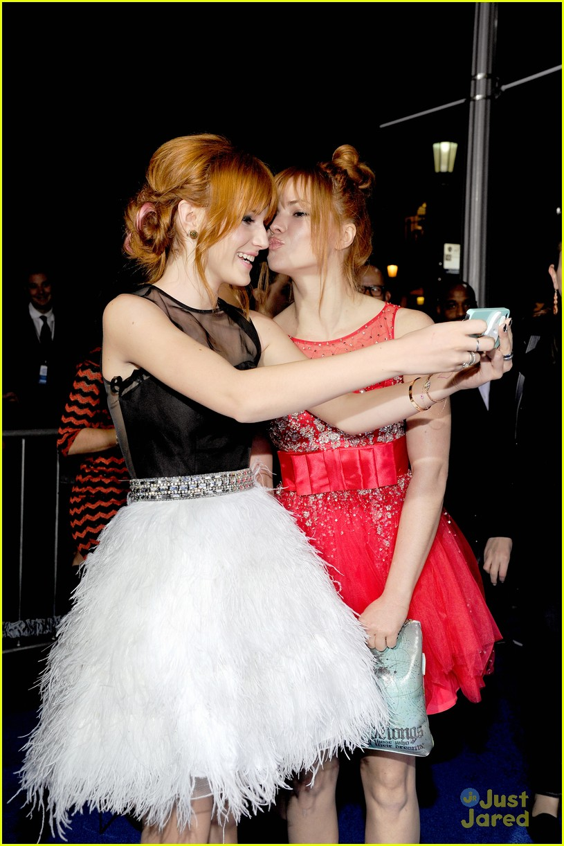 bella thorne giving awards 06